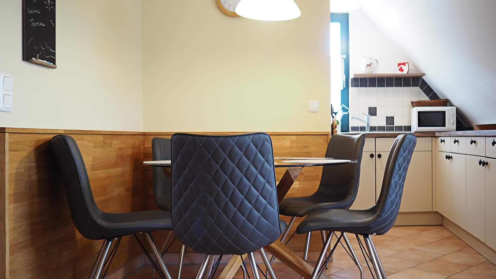 Wohnraummit Essstisch und offener Küche