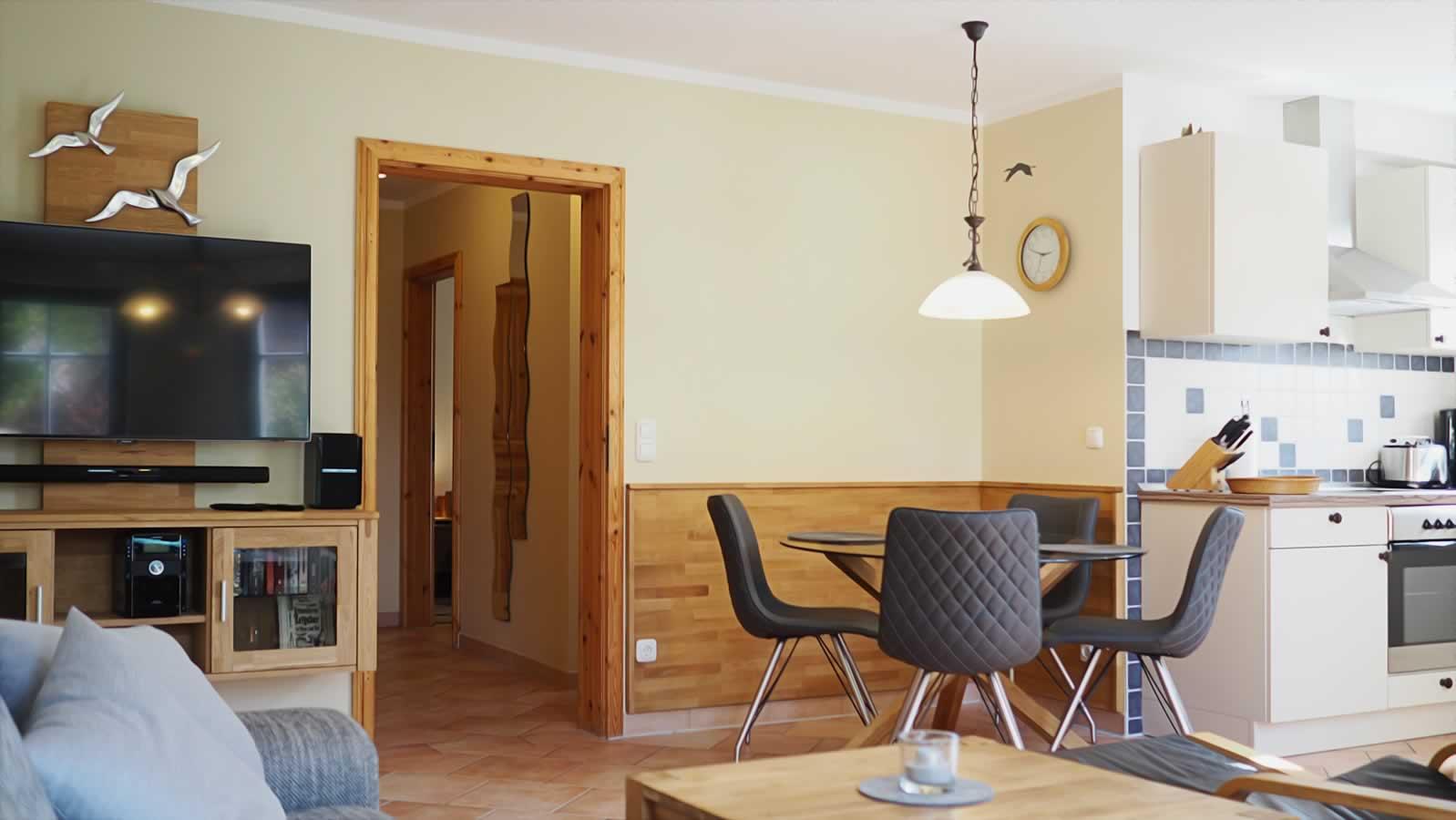 Wohnraum mit TV und Essbereich